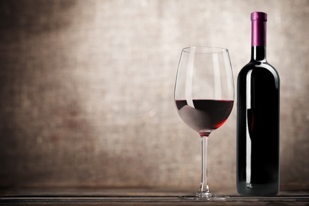 bebiendo vino: Botella de vino.