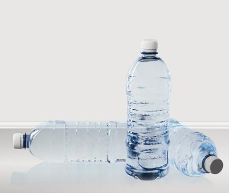 tomando agua: Botella de agua. Foto de archivo