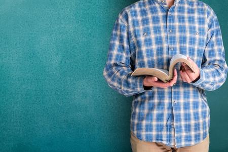 persona leyendo: Libro. Foto de archivo