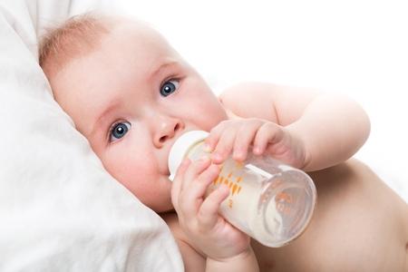 Trinkmilch des Schätzchens Standard-Bild - 48217301