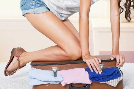 mujer con maleta: Maleta.