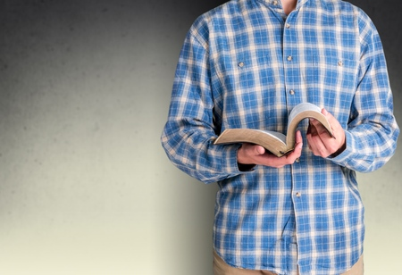 leer biblia: Libro. Foto de archivo