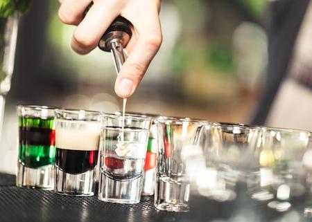 tomando alcohol: Bar.