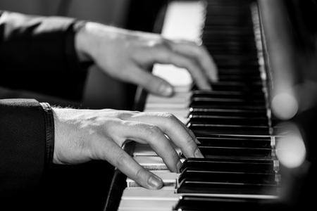tocando piano: Piano.