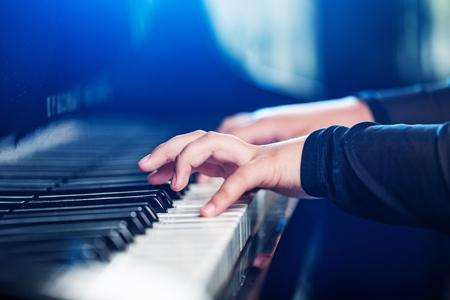 tocando el piano: Piano.