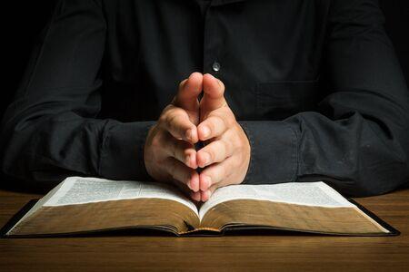 personas orando: Orar.