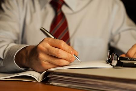 hombre escribiendo: Investigación.