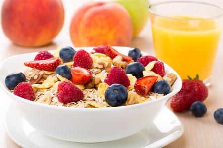 comiendo cereal: Desayuno. Foto de archivo