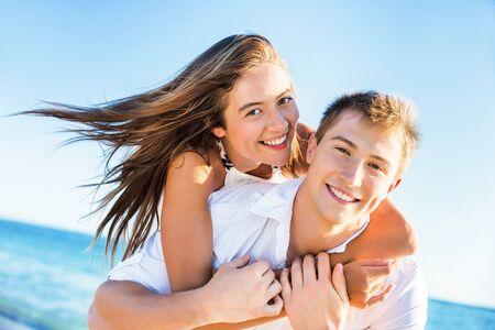 jovenes enamorados: Playa.
