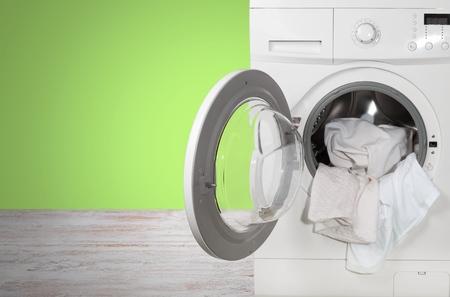 lavadora con ropa: Lavadora de ropa. Foto de archivo