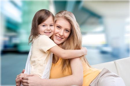 mama e hija: Abrazos.