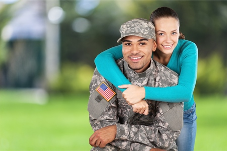 pareja abrazada: Militar.