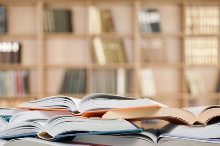 libros abiertos: Muchos libros abiertos.