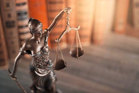 Statua sprawiedliwości i książka. Zdjęcie Seryjne