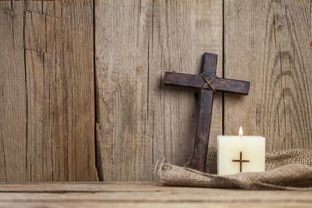 キリスト教の十字、キャンドル。 写真素材