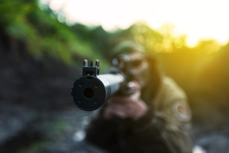 Woman soldier aiming. 版權商用圖片 - 80869625