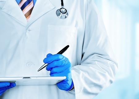 Doctor usando tableta digital.