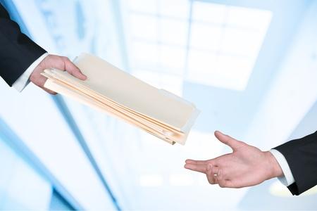 Hand geven van documenten.