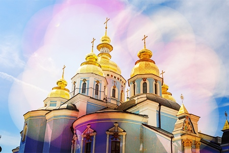 Moscow Kremlin in summer day. Golden domes of Ivan the Great bell tower (left and center) and the dome of Archangel cathedral (right). Spire of Spassky (Saviors) tower in the background. Stock Photo