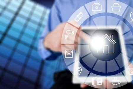 Circulaire futuristische interface van slimme domotica-assistent op een virtueel scherm en een gebruiker op een knop