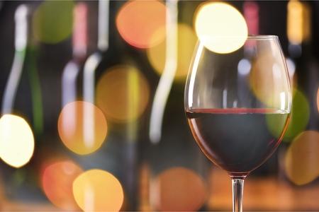 Rode wijnglas op bokehachtergrond