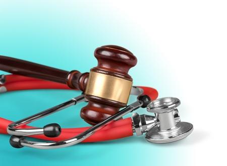 Marteau brun et un stéthoscope médical Banque d'images - 89590484