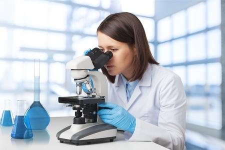 Científicos que trabajan en el laboratorio.