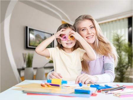 Kind spelen met cookie cutter met moeder