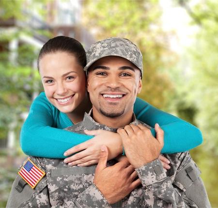 육군 남자가 그의 딸과 사진을 찍는다.