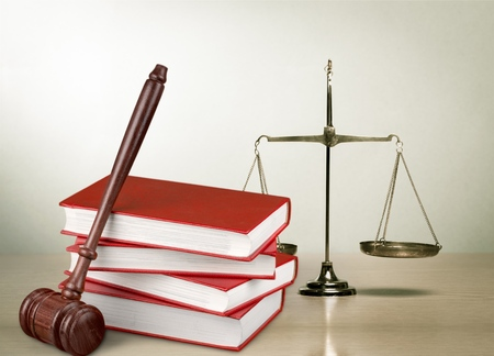 Justice Scales and books and gavel o wooden table Banque d'images