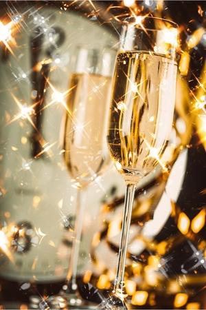 Glasses of champagne on clock background Banque d'images