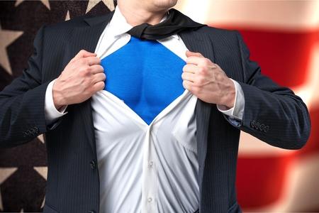 슈퍼 영웅처럼 행동 하 고 그의 셔츠를 찢 어 젊은 사업가 복사본 공간