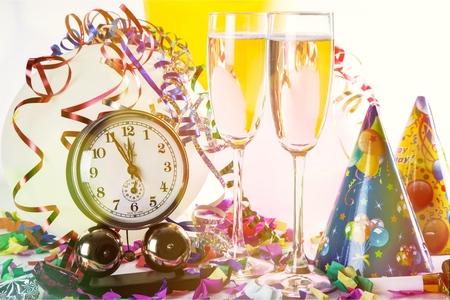 Glazen champagne met krullend lint op heldere achtergrond Stockfoto