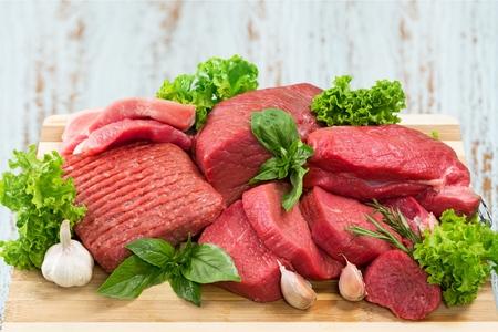 Fette di carne cruda su sfondo