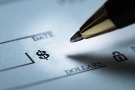 CRire un chèque Banque d'images - 90547796