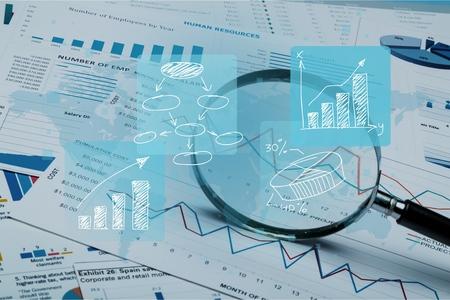 Kalkulationstabellenbankkonten, die mit Taschenrechner und Lupe erklären. Konzept für die Untersuchung, Prüfung und Analyse von Finanzbetrug. Standard-Bild