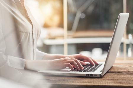 Mujer escribiendo la computadora con el concepto de negocio omnichannel de movimiento rápido: multicanal banca pago red de comunicación tecnología digital internet aplicación inalámbrica aplicaciones móviles inteligentes Foto de archivo - 90548107