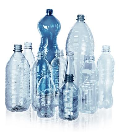 Varias clases de botellas de agua vacías - aisladas Foto de archivo - 90579340