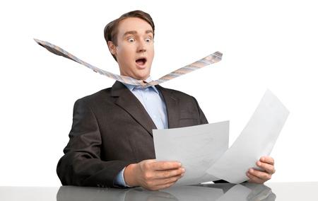 いくつかの文書を見て怖いビジネスマンの肖像画 写真素材 - 90548776