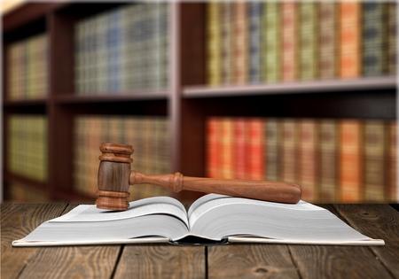 Arbeitsrecht Bücher und ein Hammer auf dem Schreibtisch in der Bibliothek. Konzept der juristischen Ausbildung.