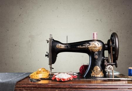 Retro macchina da cucire con rifornimenti isolati nella sala Archivio Fotografico