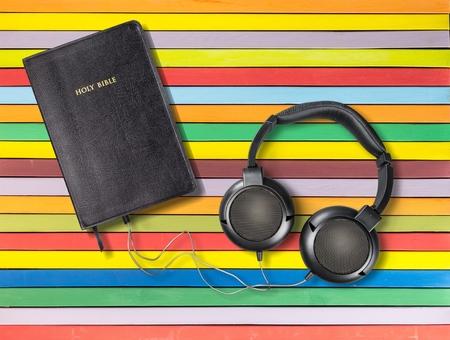 ヘッドフォンで聖書の現代的なイメージ。 概念神の声を聞きます。
