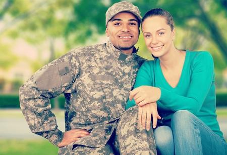젊은 군사 커플