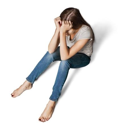Des femmes traumatisées s'asseoir sur le sol d'un entrepôt vide - photo conceptuelle d'agression sexuelle