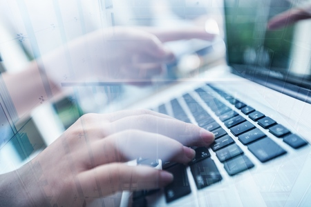 Mujer escribiendo la computadora con el concepto de negocio omnichannel de movimiento rápido: multicanal banca pago red de comunicación tecnología digital internet aplicación inalámbrica aplicaciones móviles inteligentes Foto de archivo - 90967668