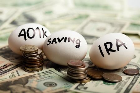 Begin na te denken over je pensioen - nest eieren op dollarbiljetten Stockfoto