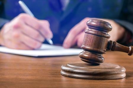 Close-up hamer rechter en advocaat werken Stockfoto