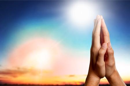 Silhouet de handen van Jesus-Christus die palm openen en littekens op vage geestelijke lichte achtergrond tonen. Wederopstanding Bescheiden Verlosser Eucharistisch Gezegend christen Give Trust Nail Religion-concept.