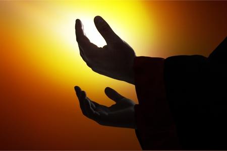 Een silhouetmens overhandigt open palm