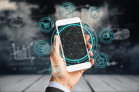 Verzekeringstechnologie (Insurtech) concept, vrouw die gegevensinformatie over smartphone kijkt. Stockfoto